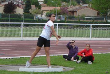 Clémence Riolet lançant le poids au match interdépartemental BE-MI 2011 à Castres