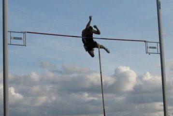 Régis Couzinier franchit la barre des 5m00 au saut à la perche au Meeting Music Jump 2011 à Albi