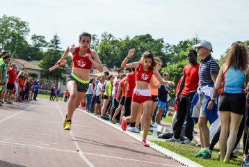 Emma Jougla passe le relais à Alexia Vaissette sur 4x400m à la finale des interclubs 2015 à Castres