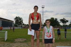 Clémence Riolet et Solène Vandenbossche sur le podium du 400m cadette aux Championnats Midi-Pyrénées 2015 à Blagnac