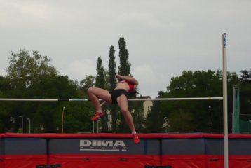 Delphine Cauquil au saut en hauteur lors du challenge Equip'Athlé Printanier 2010 à Carmaux