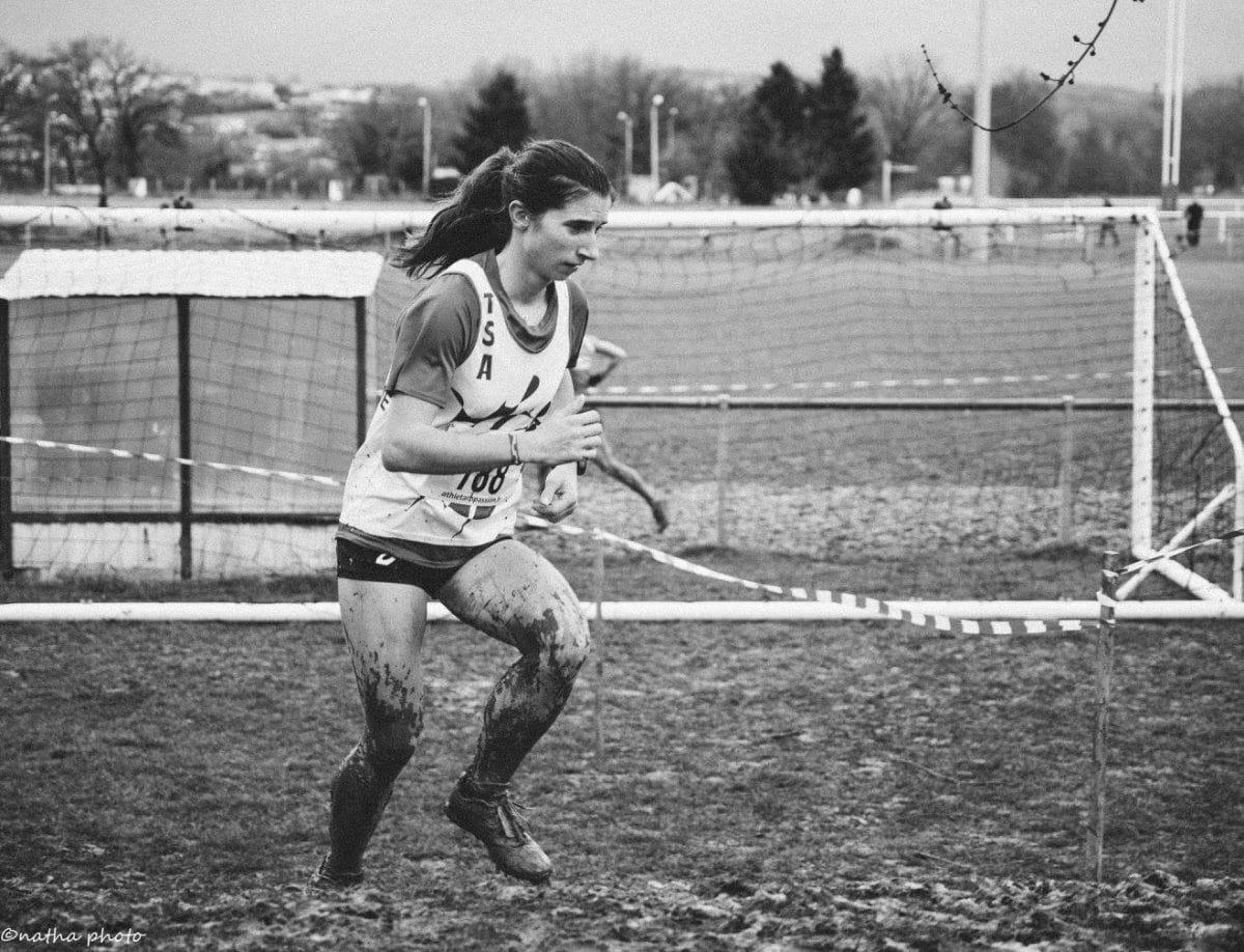 Julie Latger assurant sa qualification lors des championnats d'Occitanie de cross 2017 à Saint-Juéry