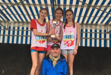 Les minimes filles du TSA et leur coach Patrick Deprez sur le podium des championnats d'Occitanie de cross 2017 à Saint-Juéry