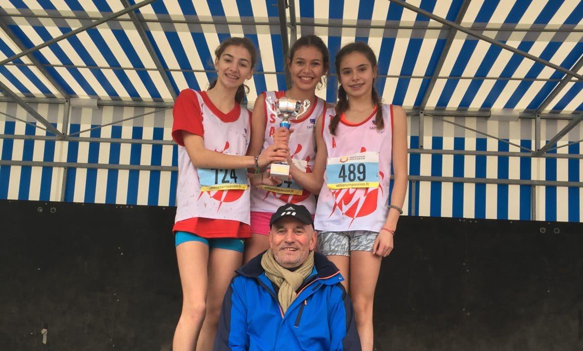 Les minimes filles du TSA et l'entraineurPatrick Deprez sur le podium des championnats d'Occitanie de cross 2017 à Saint-Juéry