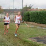 Mathilde Bastoul et Caroline Laroche sur la course cadette du cross Jean Vidal 2017 à Lescure-d'Albigeois