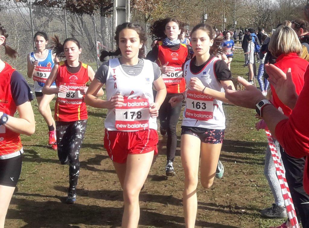 Julie Ferré et Toscane Durand dans la course des minimes aux championnats du secteur Ouest d'Occitanie 2018 à Caussade