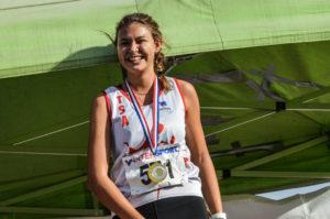 Caroline Laroche sur le podium de la course des cadettes au cross Jean Vidal 2018 à Lescure-d'Albigeois