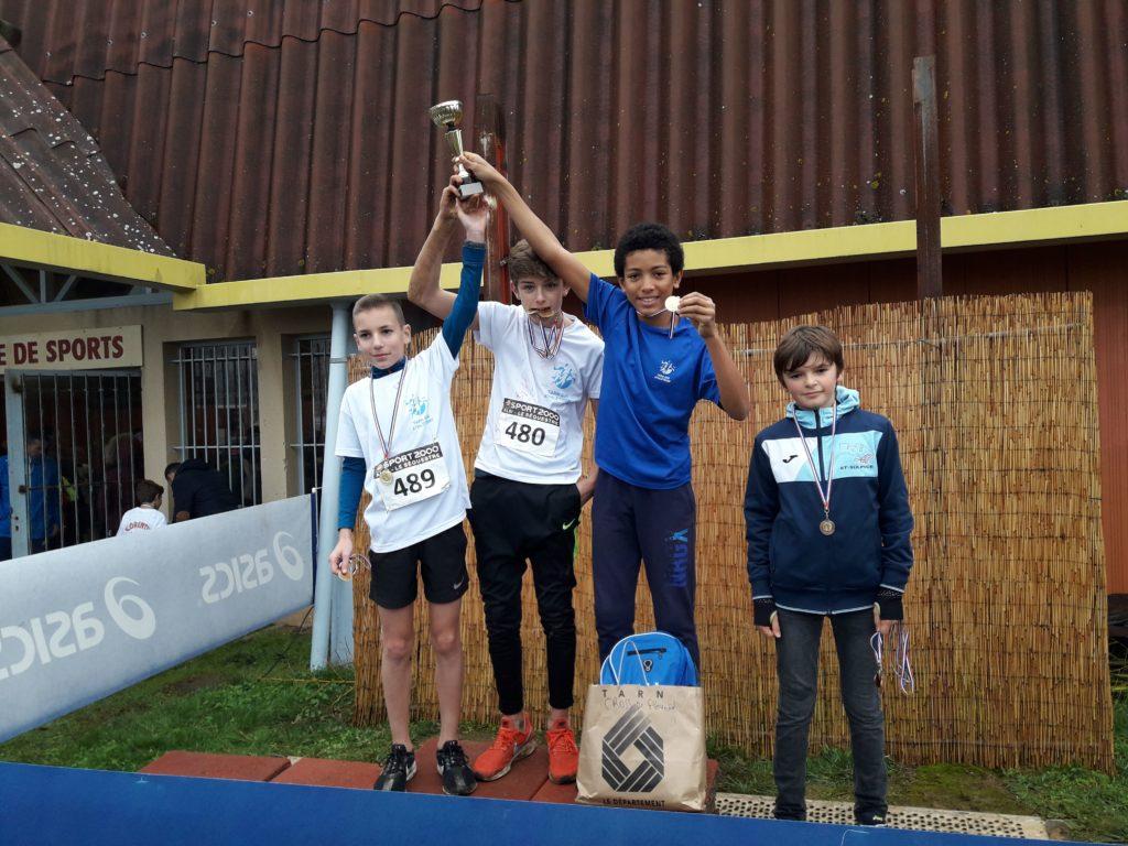 Les benjamins du Castres Athlétisme sur le podium par équipe des championnats du Tarn de cross 2019 à Florentin