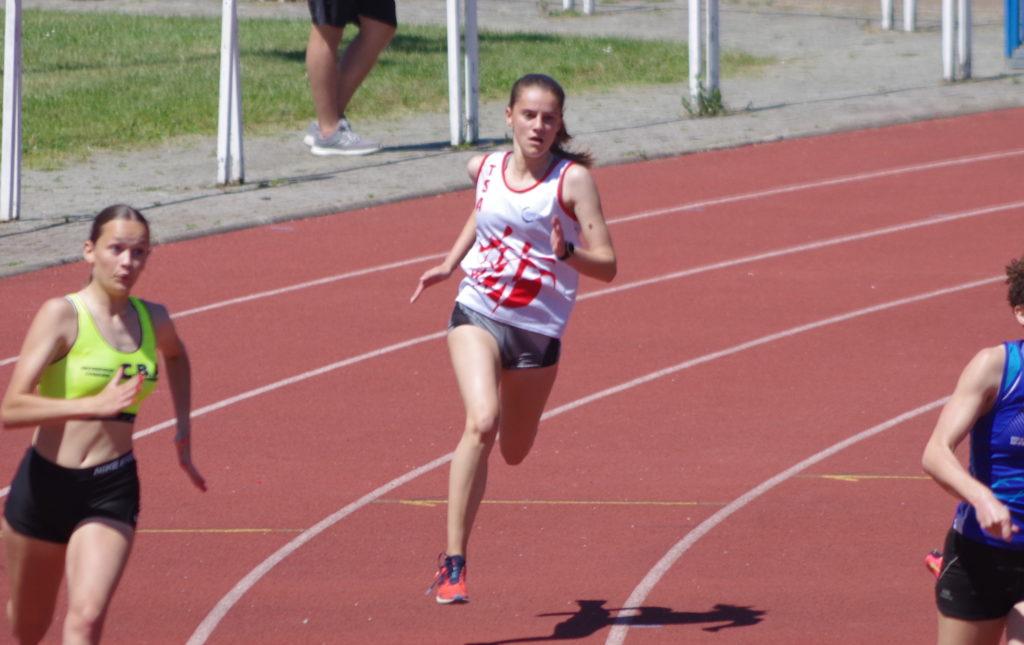 Jasmine Zniber sur 200m aux championnats du secteur Ouest d'Occitanie sur piste 2019 à Toulouse